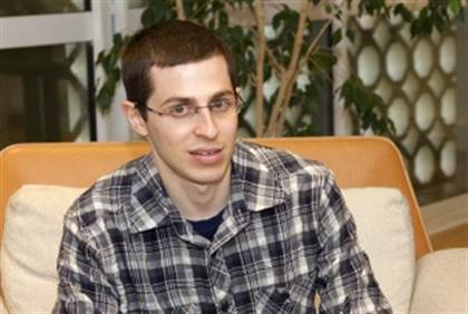 gilad shalit prays for injured gaza soldiers